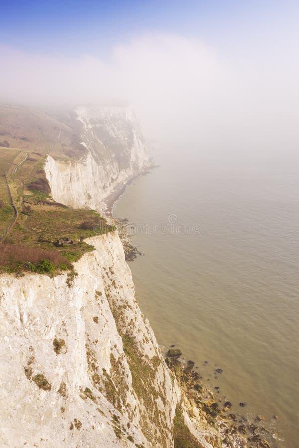 De vita klipporna av Dover på en dimmig morgon arkivbild