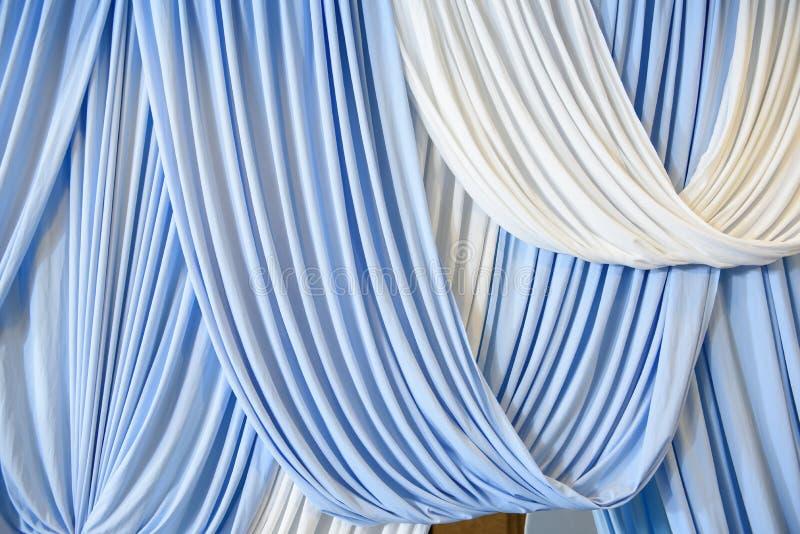 De vita och blåa gardinerna royaltyfria bilder