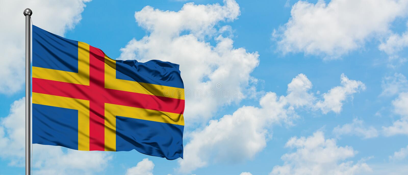 De vlag die van Alandeilanden in de wind tegen witte bewolkte blauwe hemel golven Diplomatieconcept, internationale relaties royalty-vrije stock fotografie