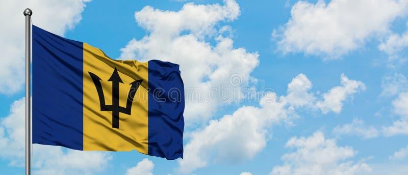 De vlag die van Barbados in de wind tegen witte bewolkte blauwe hemel golven Diplomatieconcept, internationale relaties royalty-vrije stock foto's
