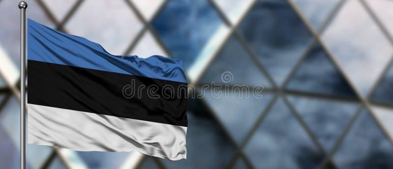 De vlag die van Estland in de wind tegen de vage moderne bouw golven Bedrijfs concept Nationaal samenwerkingsthema stock afbeeldingen