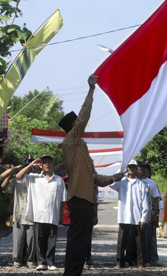 DE VLAG DIE VAN INDONESIË CEREMONIE OPHEFFEN royalty-vrije stock afbeeldingen
