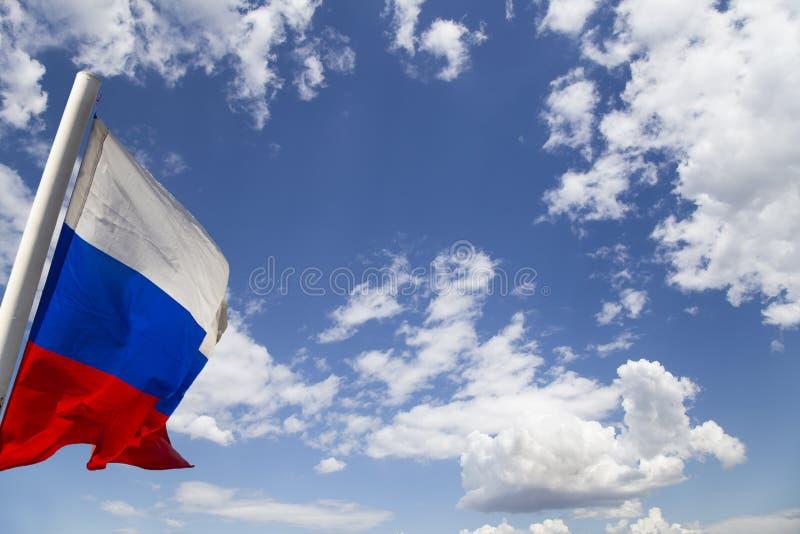 De vlag die van Rusland in de wind tegen de hemel golft Drie kleuren van Russische golvende vlag als patriottisch symbool stock foto