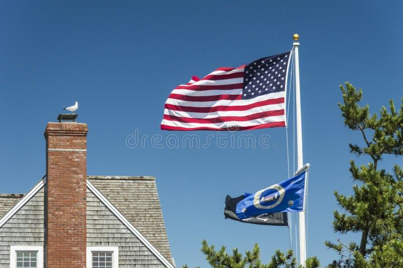De Vlag die van de V.S. over blauwe hemel golven stock foto