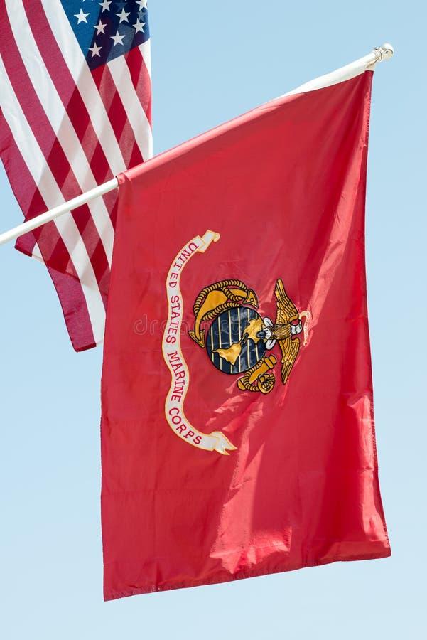 De vlag die van Verenigde Staten Marine Corps op blauwe hemelachtergrond golven, sluit omhoog, met Amerikaanse vlag op achtergron stock afbeelding