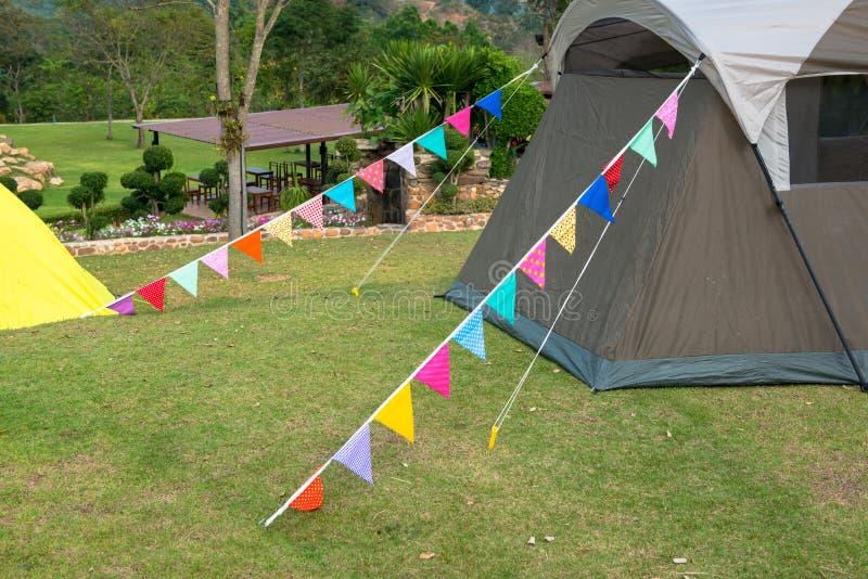 De vlag is een symbool van onze tent met windrichting te bundelen royalty-vrije stock afbeeldingen