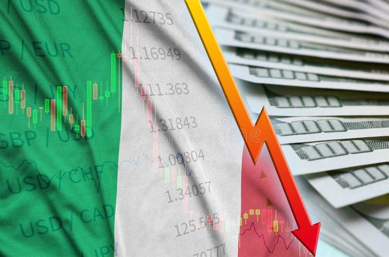 De vlag en de grafiek dalende Amerikaanse dollarpositie van Italië met een ventilator van dollarrekeningen stock foto