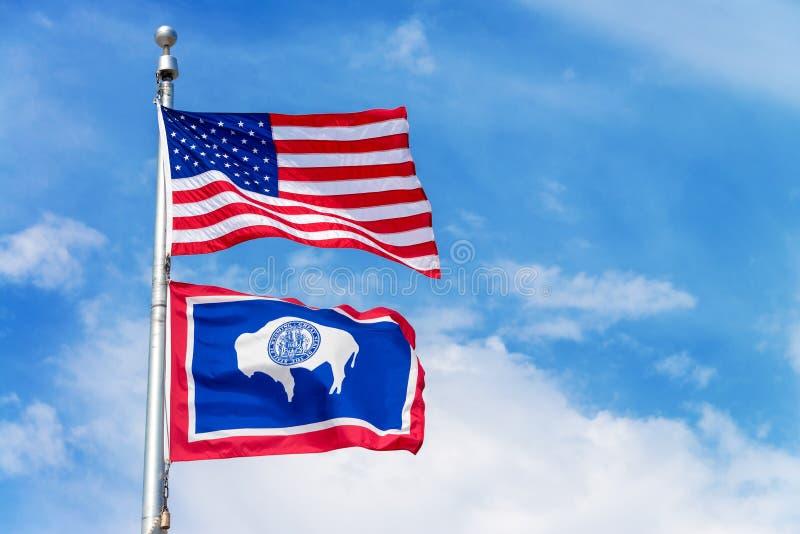 De Vlag van Amerikaan en van de Staat van Wyoming royalty-vrije stock afbeelding