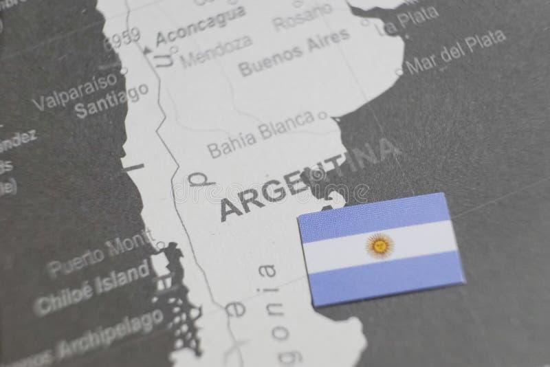 De vlag van Argentinië op de kaart van Argentinië van wereldkaart die wordt geplaatst stock foto's