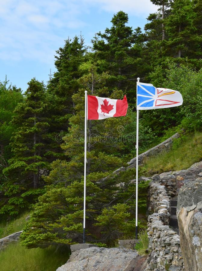 De vlag van Canadees en van Newfoundland Labrador zij aan zij stock fotografie