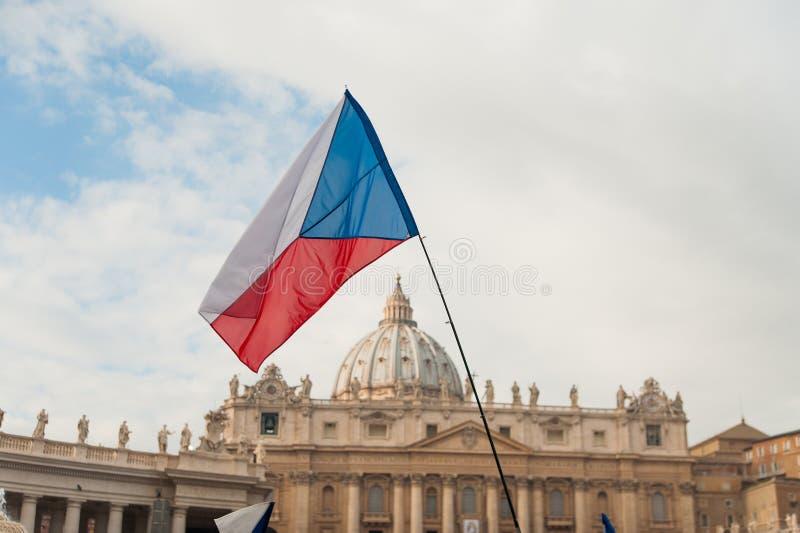 De vlag van de Tsjechische republiek in st peter vierkant in Vatikaan in Rome royalty-vrije stock fotografie