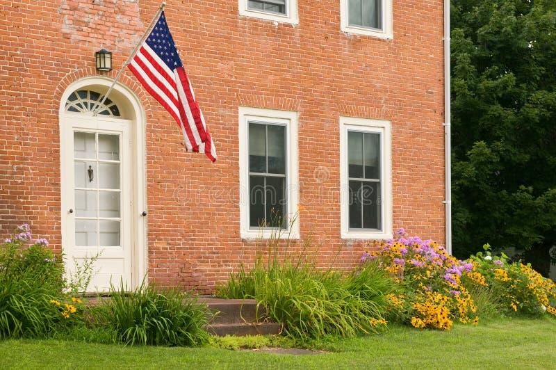De Vlag van de V.S. op oud baksteenhuis royalty-vrije stock foto