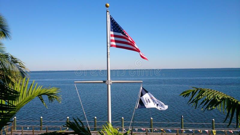 De vlag van de Verenigde Staten van Amerika, die over Tampa Bay Florida vliegen stock afbeeldingen