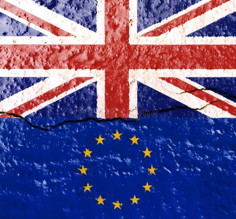 De vlag van Engeland boven dat van de Europese die Unie op een oude muur met een barst wordt gestempeld die de vlaggen verdeelt stock afbeeldingen