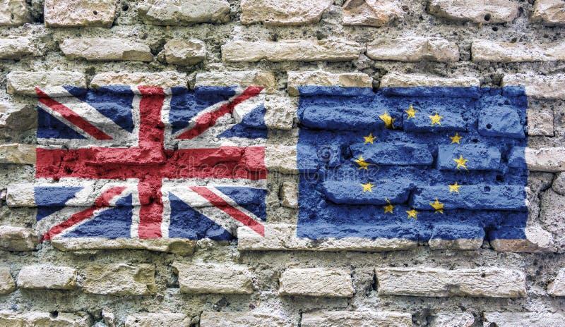 De vlag van Engeland en de Europese die Unie op een oude geruïneerde bakstenen muur wordt gestempeld stock fotografie