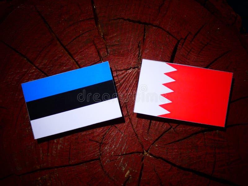 De vlag van Estland met Bahreinse vlag op een boomstomp royalty-vrije stock fotografie