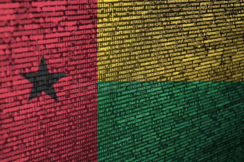 De vlag van Guinea-Bissau wordt afgeschilderd op het scherm met de programmacode Het concept moderne technologie en plaatsontwikk royalty-vrije stock afbeeldingen