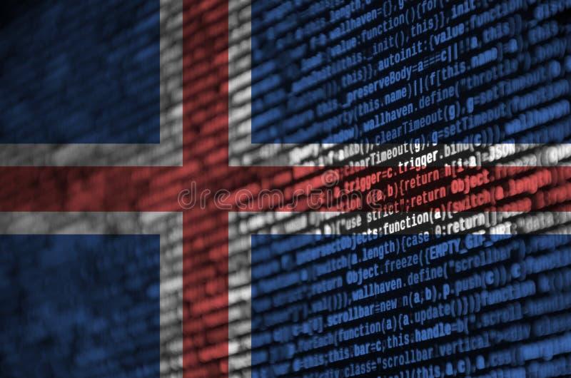 De vlag van IJsland wordt afgeschilderd op het scherm met de programmacode Het concept moderne technologie en plaatsontwikkeling royalty-vrije stock fotografie