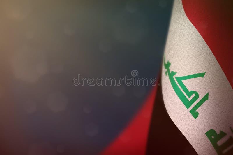 De vlag van Irak voor eer van veteranendag of herdenkingsdag Glorie aan de helden van Irak van oorlogsconcept op blauwe donkere f royalty-vrije illustratie