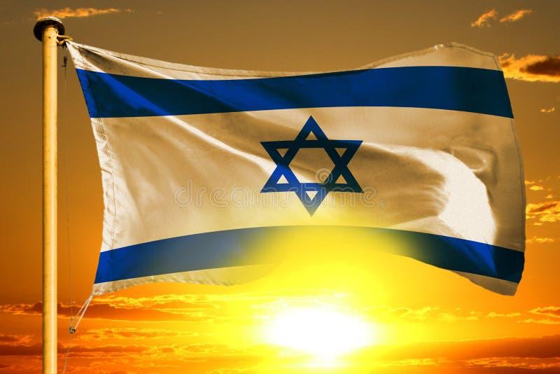De vlag van Israël het weven op de mooie oranje zonsondergang met wolkenachtergrond royalty-vrije stock afbeeldingen