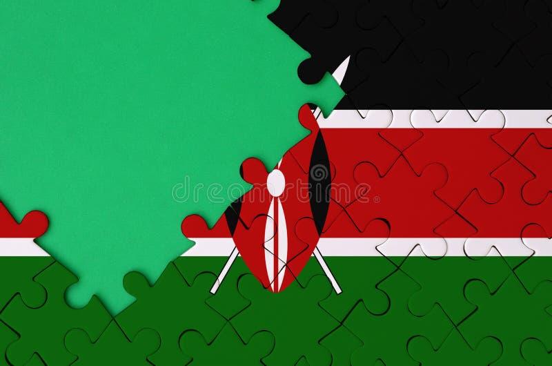 De vlag van Kenia wordt afgeschilderd op een voltooide puzzel met vrije groene exemplaarruimte op de linkerkant royalty-vrije stock fotografie