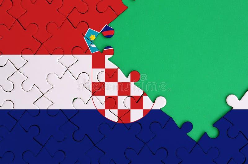 De vlag van Kroatië wordt afgeschilderd op een voltooide puzzel met vrije groene exemplaarruimte op de rechterkant vector illustratie