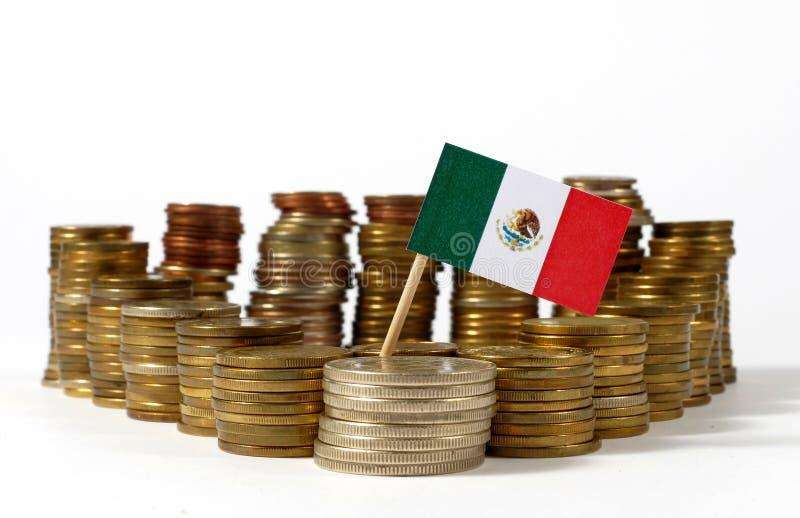 De vlag van Mexico met stapel geldmuntstukken stock foto