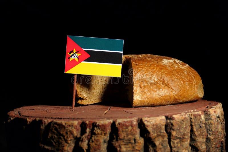 De vlag van Mozambique op een stomp met brood royalty-vrije stock foto's