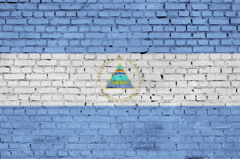De vlag van Nicaragua is geschilderd op een oude bakstenen muur royalty-vrije stock foto's