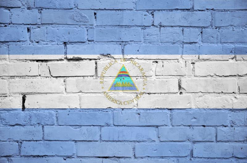 De vlag van Nicaragua is geschilderd op een oude bakstenen muur royalty-vrije stock afbeeldingen