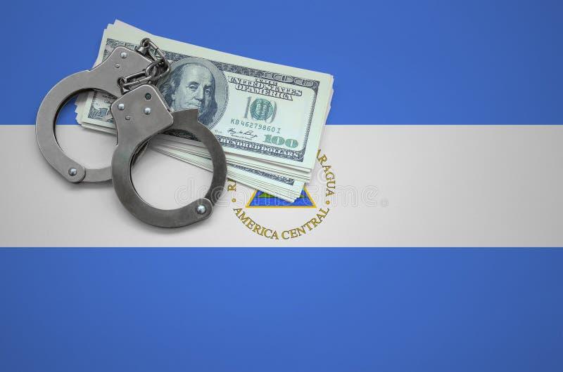 De vlag van Nicaragua met handcuffs en een bundel van dollars Het concept het breken van wet en de dievenmisdaden royalty-vrije stock afbeelding