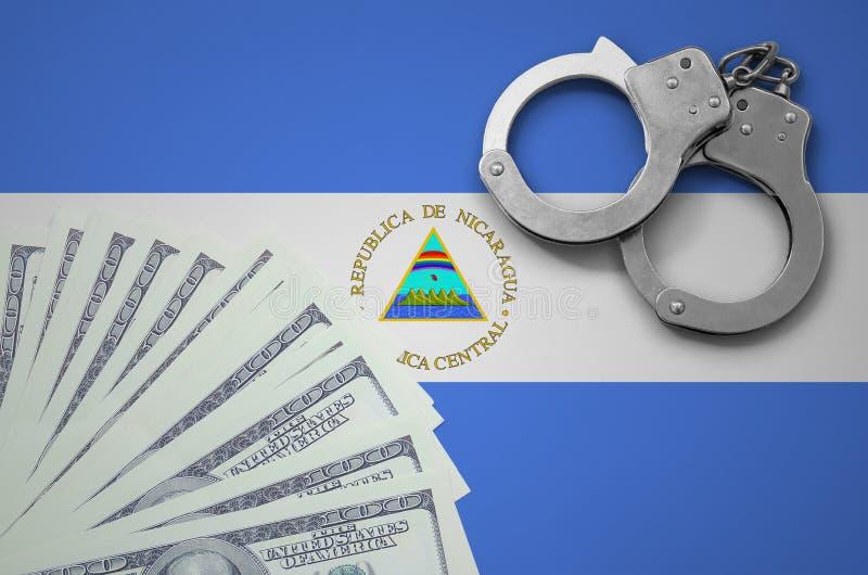 De vlag van Nicaragua met handcuffs en een bundel van dollars Het concept onwettige bankoperaties in de munt van de V.S. royalty-vrije stock foto's