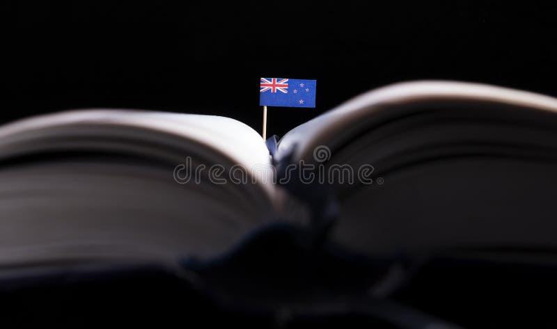De vlag van Nieuw Zeeland in het midden van het boek Kennis en educat royalty-vrije stock fotografie