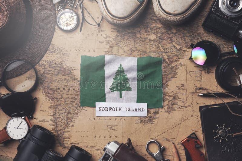 De vlag van Norfolk Island tussen de accessoires van de reiziger op de oude Vintage-kaart Overhead Shot stock fotografie