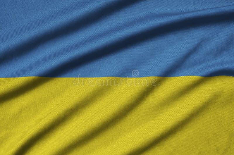 De vlag van de Oekraïne wordt afgeschilderd op een stof van de sportendoek met vele vouwen De banner van het sportteam royalty-vrije illustratie