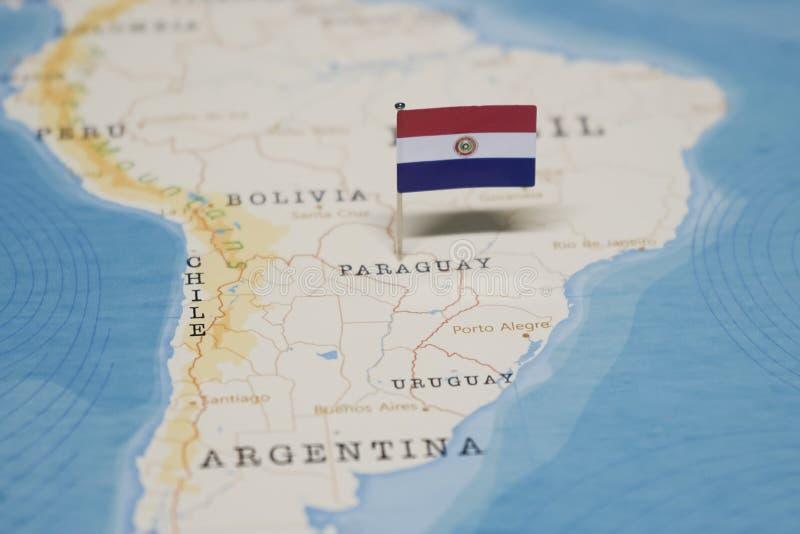 De Vlag van Paraguay in de wereldkaart royalty-vrije stock afbeeldingen