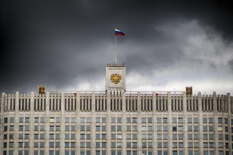 De vlag van Rusland en het wapenschild van de Russische Federatie op de bovenkant van het Huis van de Regering van Rusland stock afbeelding
