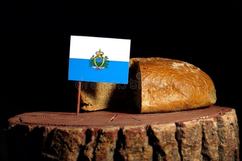 De vlag van San Marino op een stomp met brood stock foto