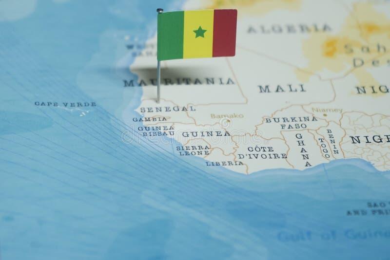 De Vlag van Senegal in de wereldkaart royalty-vrije stock afbeelding
