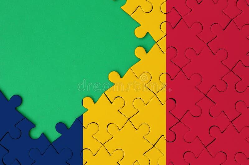 De vlag van Tsjaad wordt afgeschilderd op een voltooide puzzel met vrije groene exemplaarruimte op de linkerkant royalty-vrije stock afbeeldingen