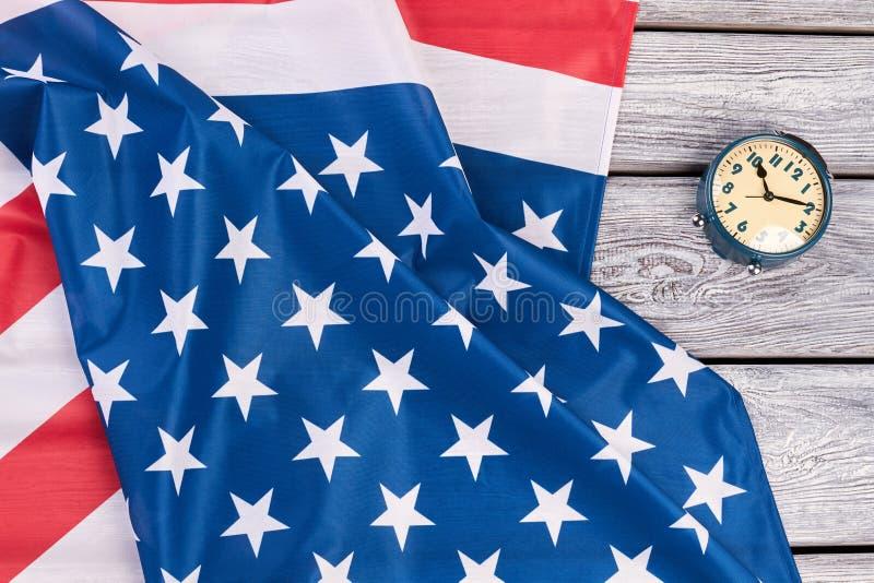 De vlag van de V.S. en mechanische wekker stock foto's