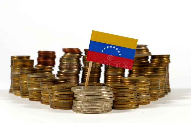 De vlag van Venezuela met stapel geldmuntstukken stock fotografie