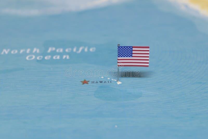 De Vlag van de Verenigde Staten op Hawaï in de wereldkaart royalty-vrije stock foto