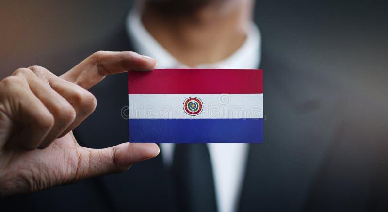 De Vlag van zakenmanholding card paraguay stock foto's