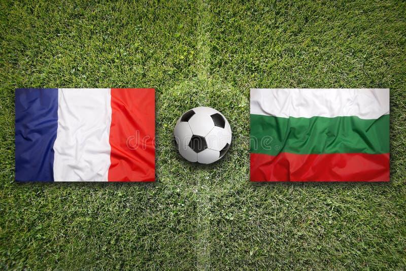 De vlaggen van Frankrijk en van Bulgarije op voetbalgebied royalty-vrije stock foto's