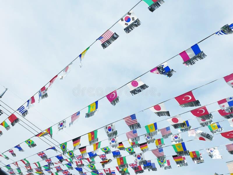 De vlaggen van het diverse vliegen van landen royalty-vrije stock afbeeldingen