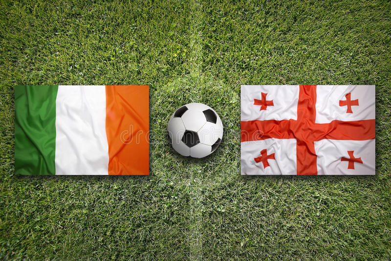 De vlaggen van Ierland en van Georgië op voetbalgebied royalty-vrije stock foto's
