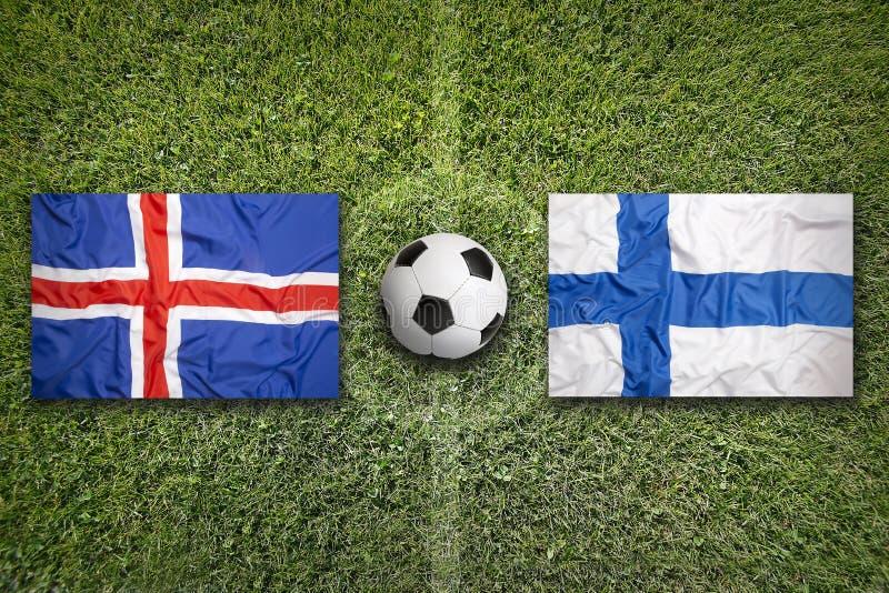 De vlaggen van IJsland en van Finland op voetbalgebied royalty-vrije stock fotografie
