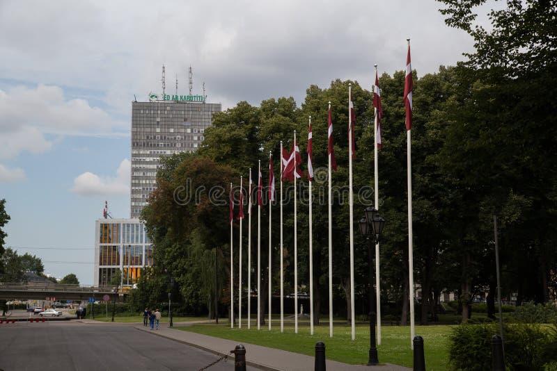 De vlaggen van Letland in de oude stad van Riga royalty-vrije stock afbeelding