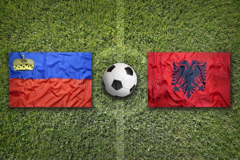 De vlaggen van Liechtenstein en van Albanië op voetbalgebied stock foto